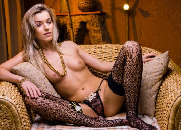 Проститутка блондинка в черных чулках